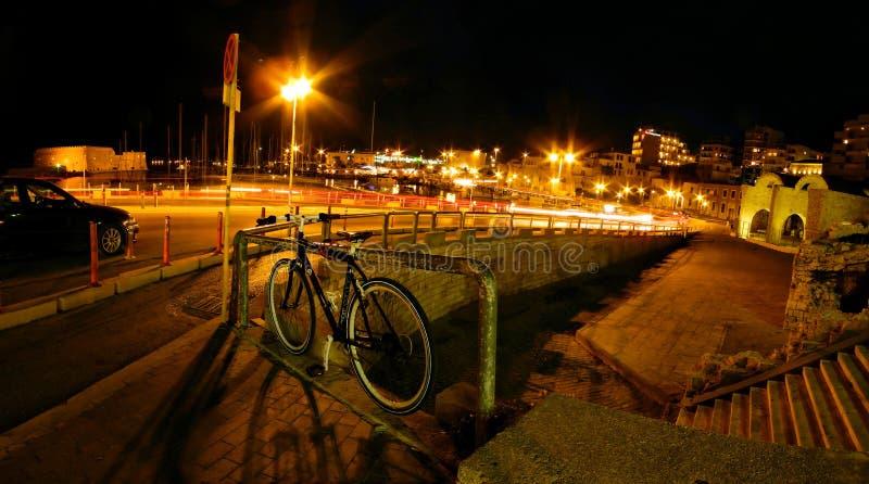 Opinión de la noche de la ciudad de Heraklion foto de archivo libre de regalías
