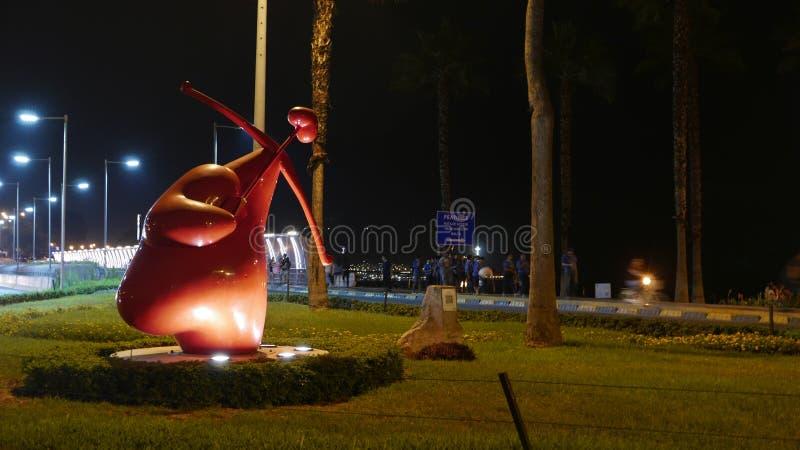 Opinión de la noche de la estatua roja del cupido en Miraflores, Lima, Perú fotografía de archivo libre de regalías