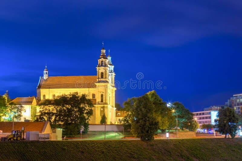 Opinión de la noche de la iglesia católica de St Raphael The Archangel In Vilnius foto de archivo libre de regalías