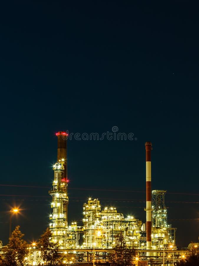 Download Opinión De La Noche De La Planta Petroquímica De La Refinería Foto de archivo - Imagen de petroquímico, gasolina: 44856924