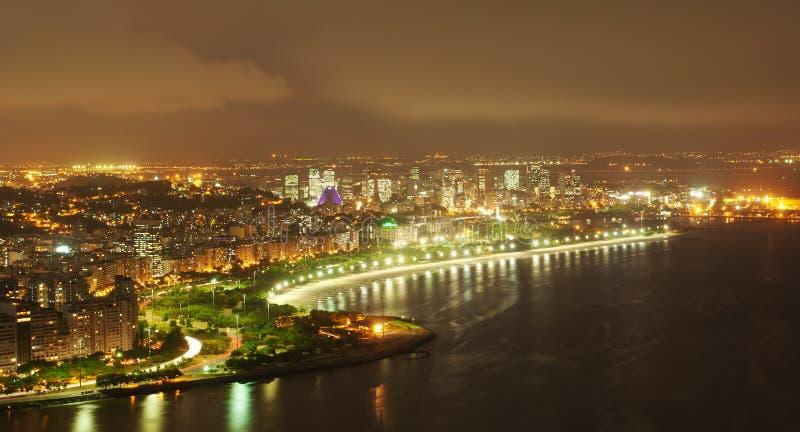 Opinión de la noche de la playa y del districto de Flamengo en Río d fotos de archivo libres de regalías