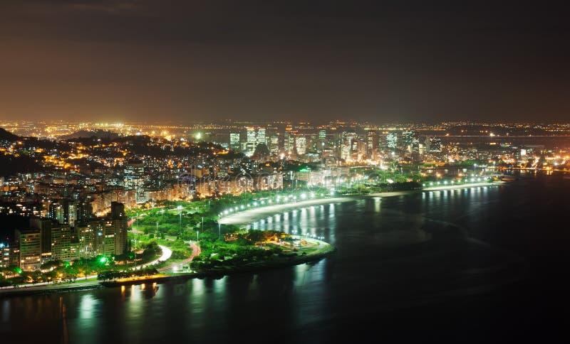 Opinión de la noche de la playa y del distrito de Flamengo en Río de Janeiro imagen de archivo libre de regalías