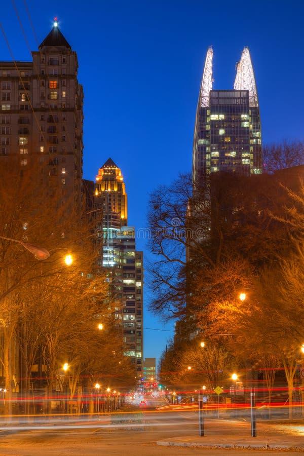 Opinión de la noche de Midntown Atlanta, los E.E.U.U. foto de archivo
