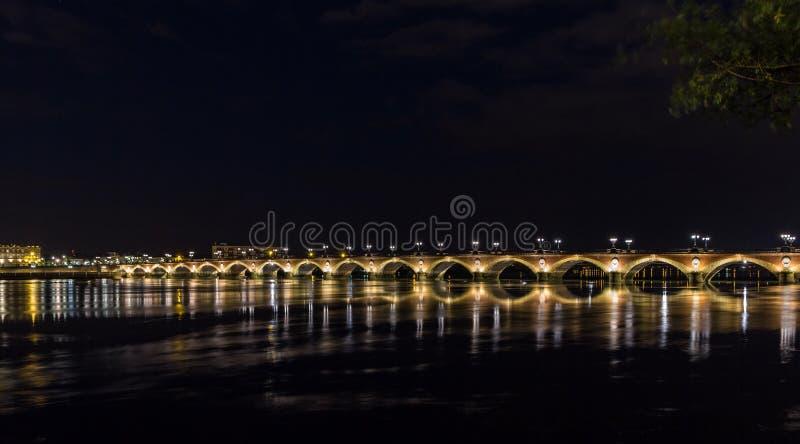 Opinión de la noche de Pont de Pedro en Burdeos imágenes de archivo libres de regalías