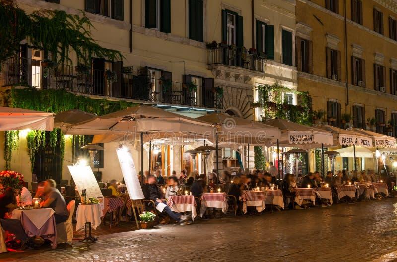 Opinión de la noche de restaurantes en la plaza Navona en Roma imágenes de archivo libres de regalías