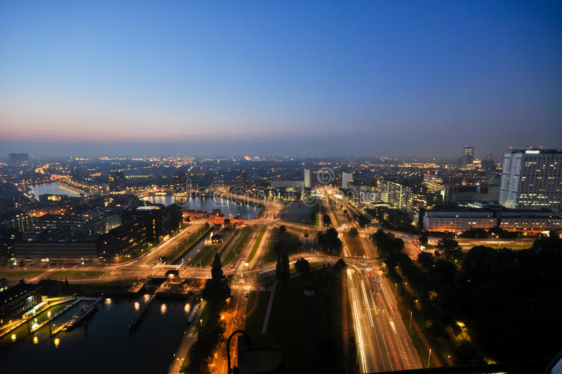 Opinión de la noche de Rotterdam al horizonte de la ciudad foto de archivo libre de regalías