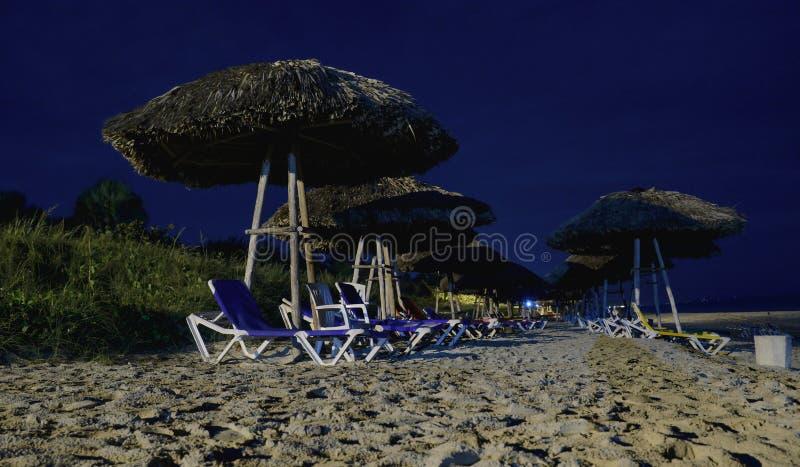 Opinión de la noche de sillas y de paraguas foto de archivo libre de regalías