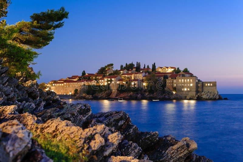 Opinión de la noche de Sveti Stefan fotografía de archivo libre de regalías
