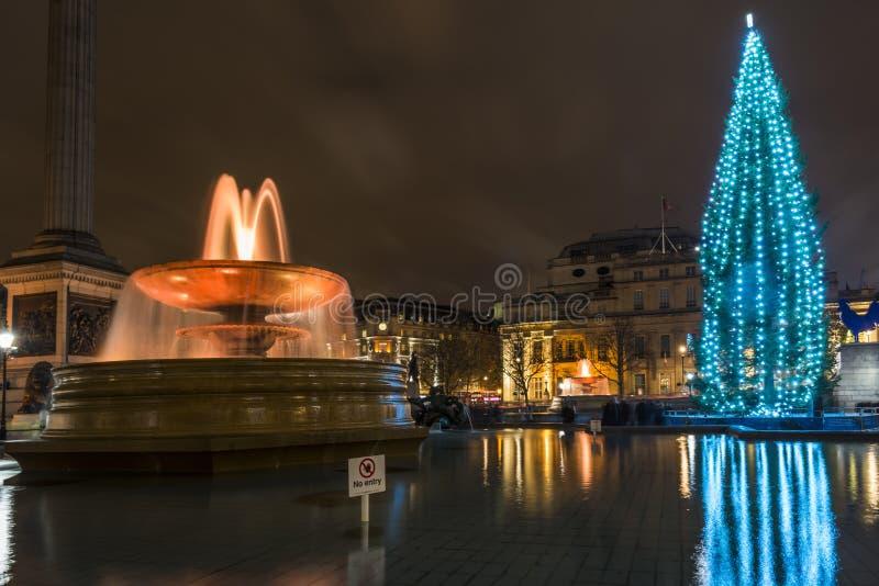 Opinión de la noche de Trafalgar Square con el árbol de navidad imágenes de archivo libres de regalías