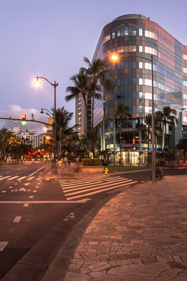 Opinión de la noche de Waikiki, Oahu, Hawaii fotos de archivo libres de regalías