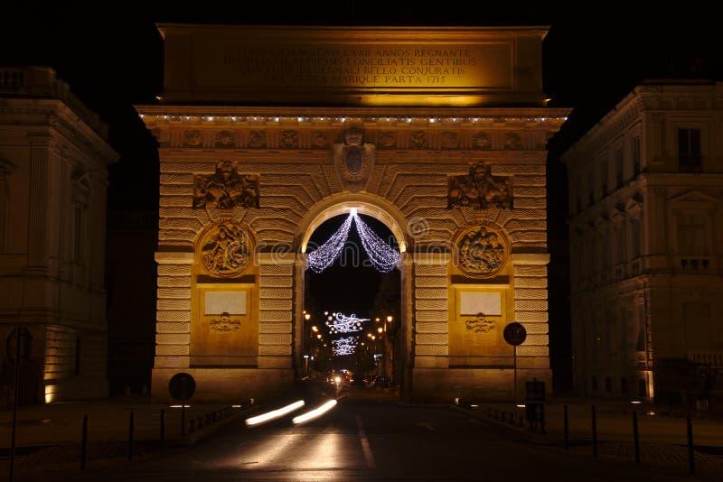 Opinión de la noche del Arco del Triunfo en Montpellier, Francia fotografía de archivo libre de regalías
