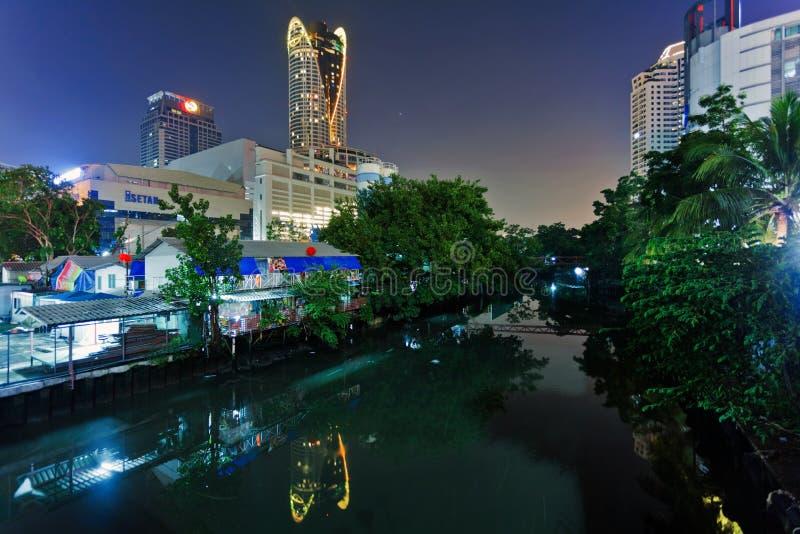 Opinión de la noche del canal de Bangkok fotos de archivo libres de regalías