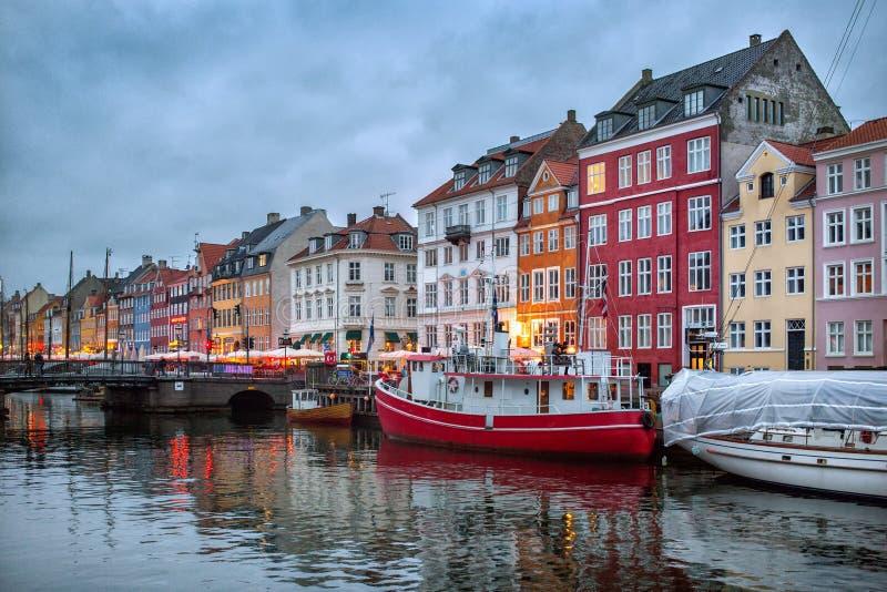 Opinión de la noche del canal de Nyhavn, Copenhague imagen de archivo