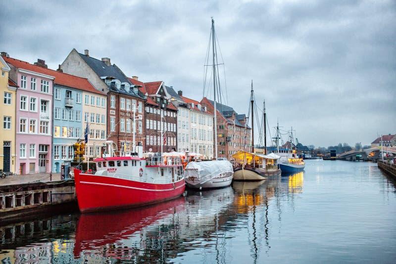 Opinión de la noche del canal de Nyhavn, Copenhague imagen de archivo libre de regalías