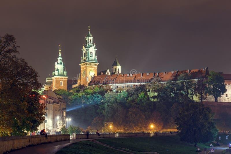 Opinión de la noche del castillo real de Wawel, Kraków foto de archivo libre de regalías