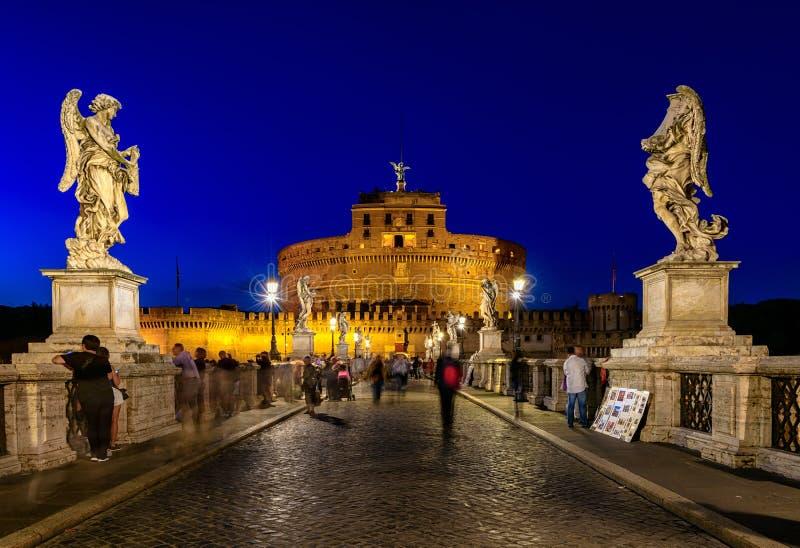 Opinión de la noche del castillo Sant Angelo Mausoleum de Hadrian, del puente Sant Ángel y del río Tíber en Roma imagen de archivo