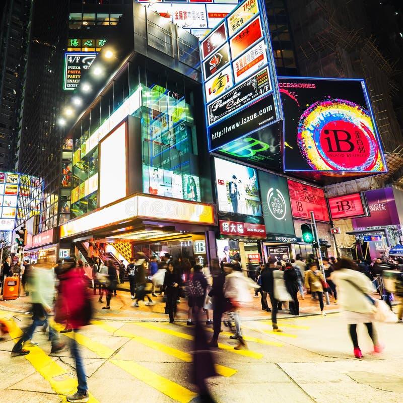 Opinión de la noche del centro empapado en la ciudad apretada Hon Kong fotografía de archivo libre de regalías