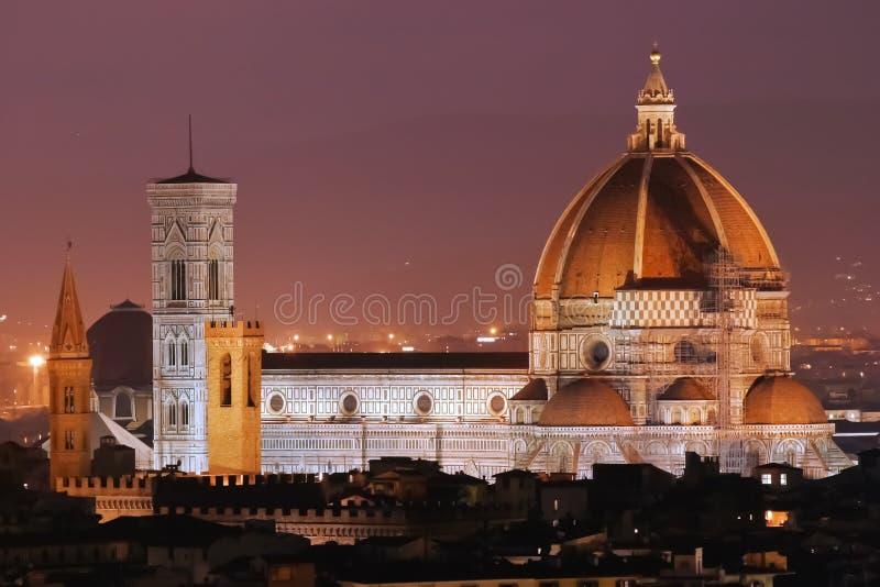 Opinión de la noche del Duomo de Florencia foto de archivo