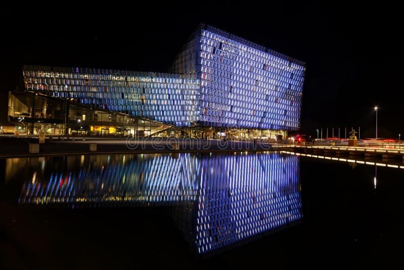 Opinión de la noche del edificio de Harpa en Reykjavik imágenes de archivo libres de regalías