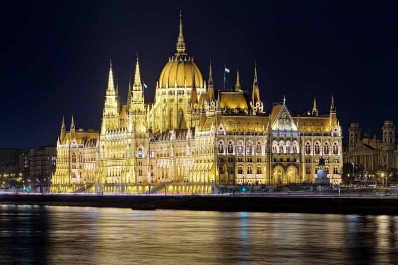 Opinión de la noche del edificio húngaro del parlamento en Budapest foto de archivo
