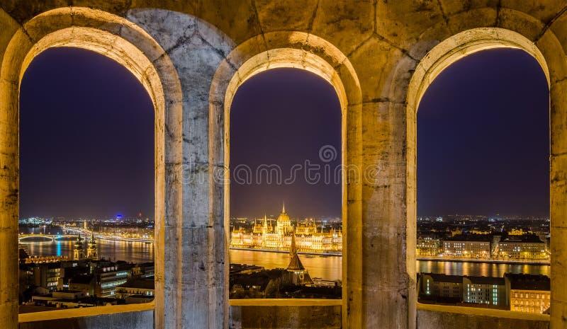 Opinión de la noche del edificio húngaro del parlamento en Budapest, Hungría imagen de archivo