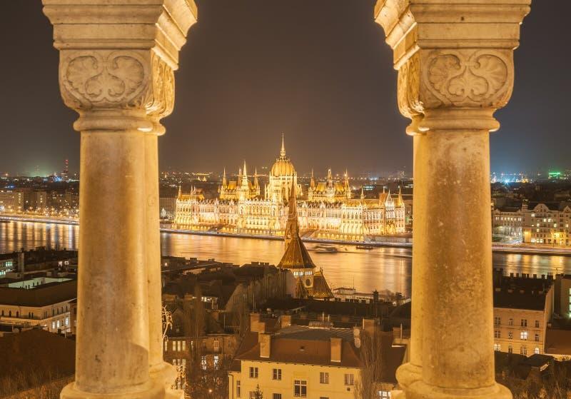 Opinión de la noche del edificio húngaro del parlamento en el banco del Danubio en Budapest, Hungría foto de archivo