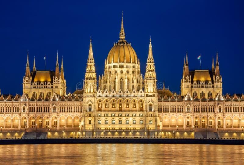 Opinión de la noche del edificio húngaro del parlamento en el banco del Danubio en Budapest, Hungría imagen de archivo