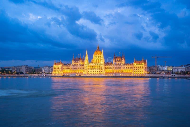 Opinión de la noche del edificio húngaro del parlamento en la ciudad de Budapest, Hungría foto de archivo