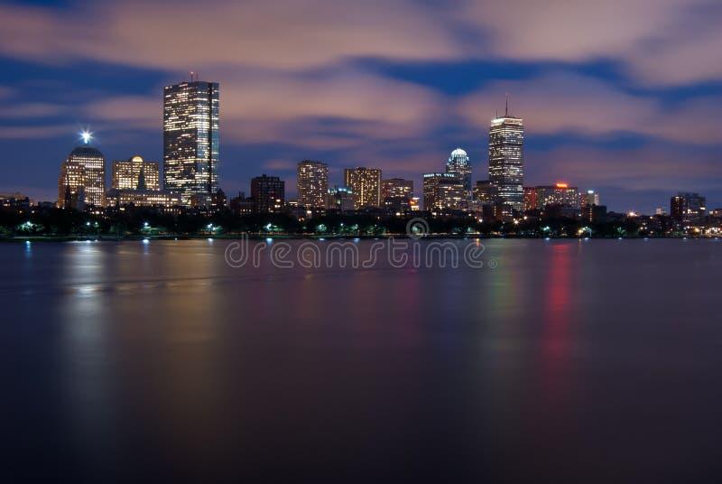Opinión de la noche del horizonte de Boston sobre Charles imagen de archivo libre de regalías