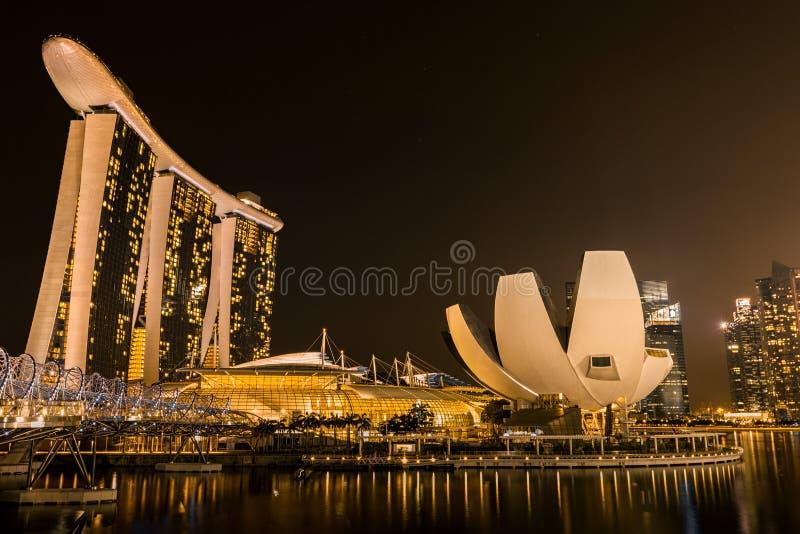 Opinión de la noche del hotel de las arenas y del puente espiral doble imagen de archivo libre de regalías