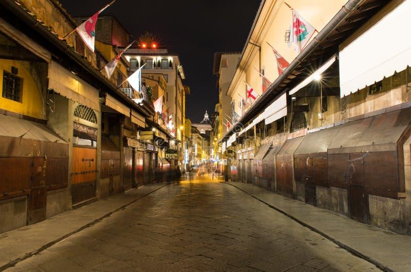 Opinión de la noche del interior de Ponte Vecchio sobre Arno River en Florencia imagenes de archivo