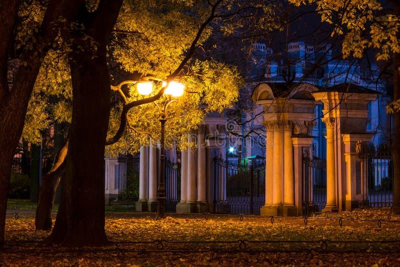 Opinión de la noche del jardín y de St Nicholas Naval Cathedral de Nikolsky foto de archivo libre de regalías