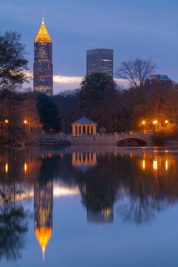 Opinión de la noche del lago Clara Meer y de los rascacielos, Atlanta, los E.E.U.U. fotos de archivo