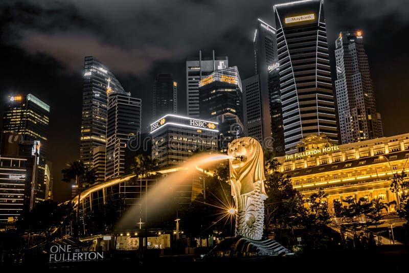 Opinión de la noche del merlion en la bahía del puerto deportivo, Singapur fotos de archivo libres de regalías