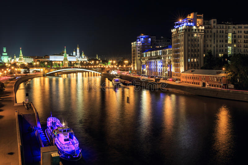 Opinión de la noche del Moskva-río con la Moscú el Kremlin y el teatro de variedad Moscú, Rusia imágenes de archivo libres de regalías