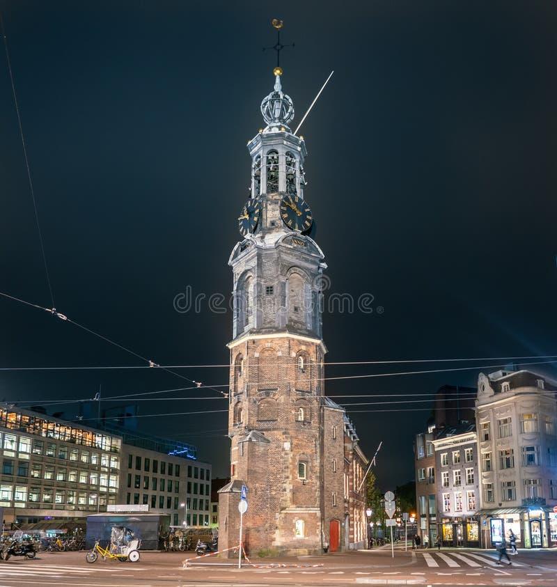 Opinión de la noche del Munttoren en la esquina del Rokin y del Vijzelstraat en el centro de Amsterdam fotografía de archivo libre de regalías