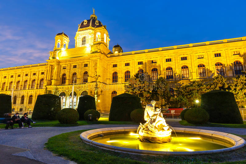 Opinión de la noche del museo famoso de la historia natural con el parque en Viena, Austria imagen de archivo