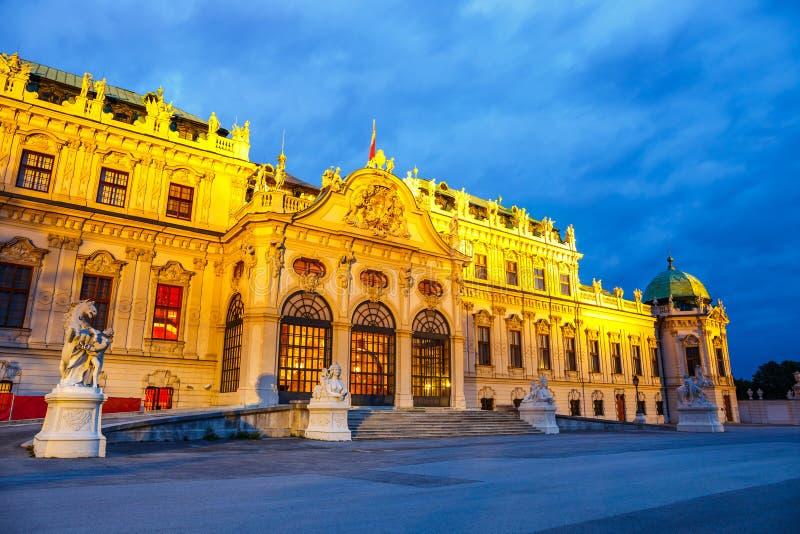 Opinión de la noche del palacio del belvedere en Viena fotografía de archivo
