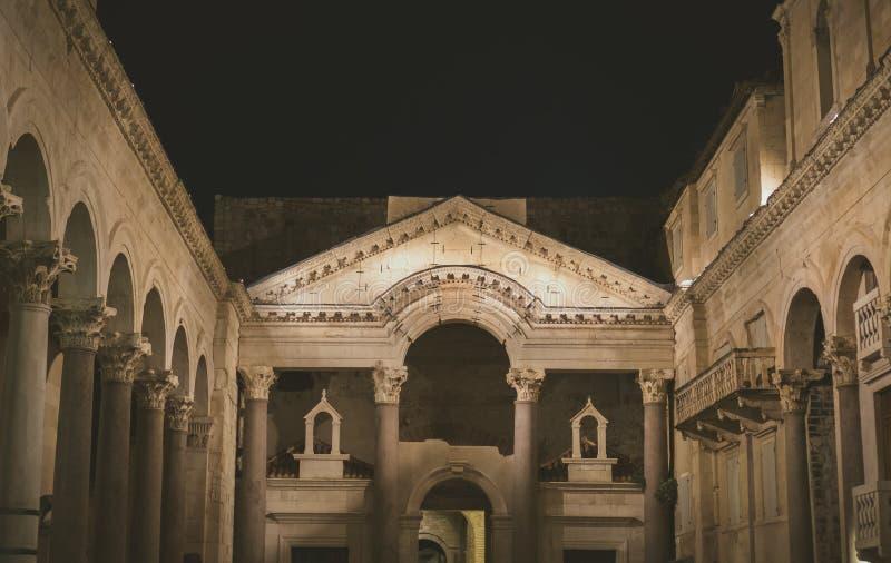 Opinión de la noche del palacio del ` s de Diocletian foto de archivo libre de regalías