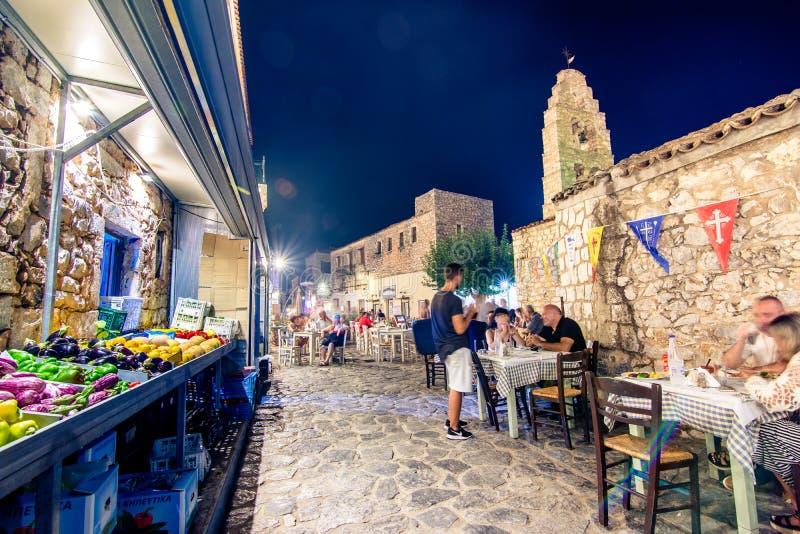 Opinión de la noche del pueblo tradicional de Areopoli en la región de Mani con los callejones pintorescos y las casas construida imagen de archivo libre de regalías