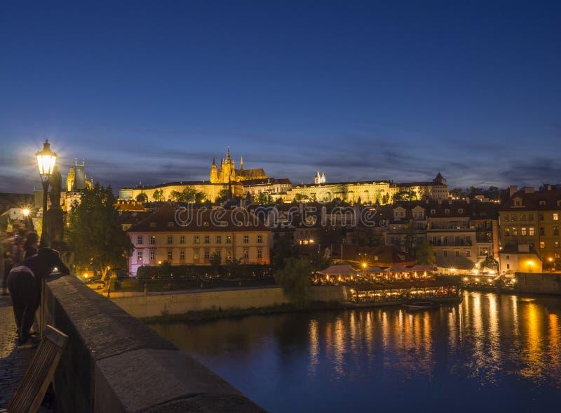 Opinión de la noche del puente de Charles del churche del St Vitus Cathedral y del panorama góticos iluminados del castillo de Pr fotos de archivo