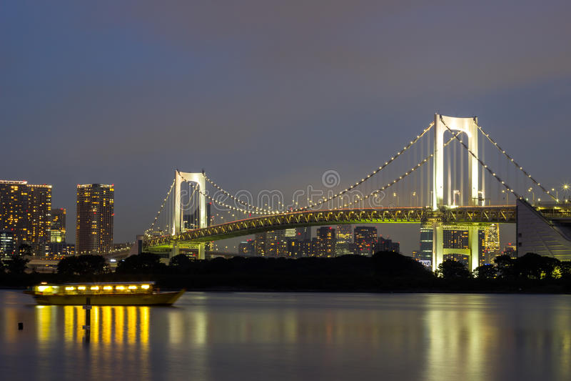 Opinión de la noche del puente del arco iris y del área circundante de la bahía de Tokio según lo visto de Odaiba, Minato, Tokio, fotografía de archivo
