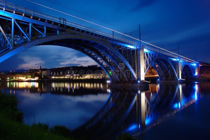 Opinión de la noche del puente ferroviario azul en Maribor foto de archivo libre de regalías