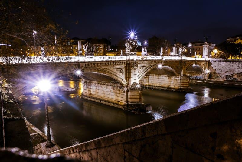 Opinión de la noche del puente sobre el río de Tíber en Roma fotos de archivo libres de regalías