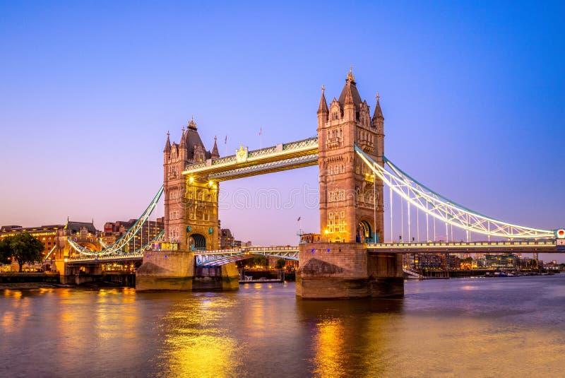 Opinión de la noche del puente de la torre en Londres, Reino Unido imagenes de archivo