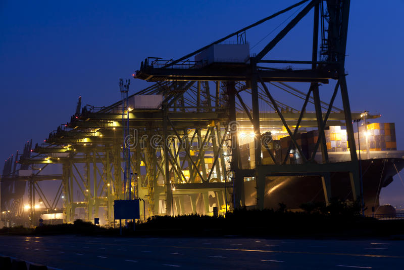 Opinión de la noche del puerto de cargamento fotos de archivo