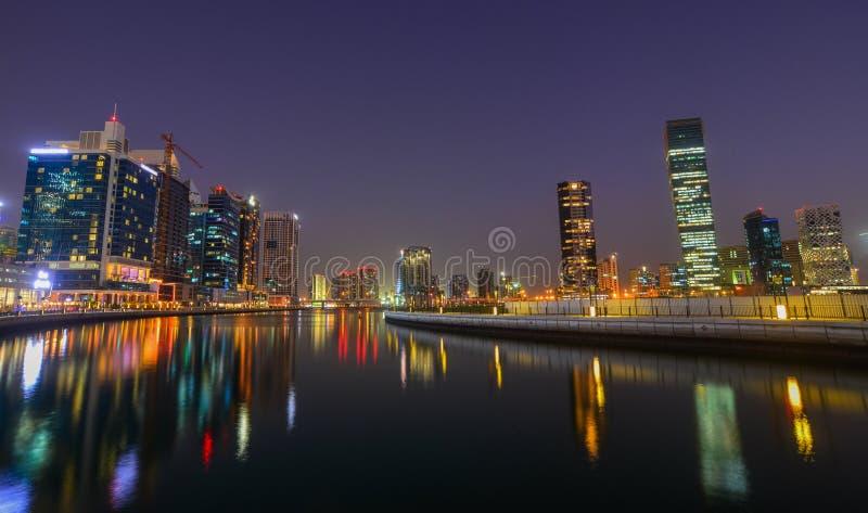 Opinión de la noche del puerto deportivo de Dubai imagenes de archivo