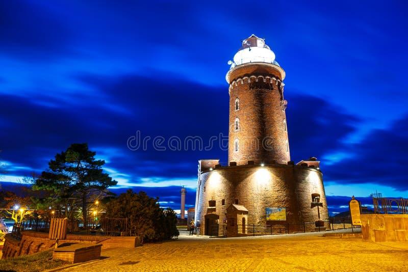 Opinión de la noche del puerto y del faro en Kolobrzeg foto de archivo
