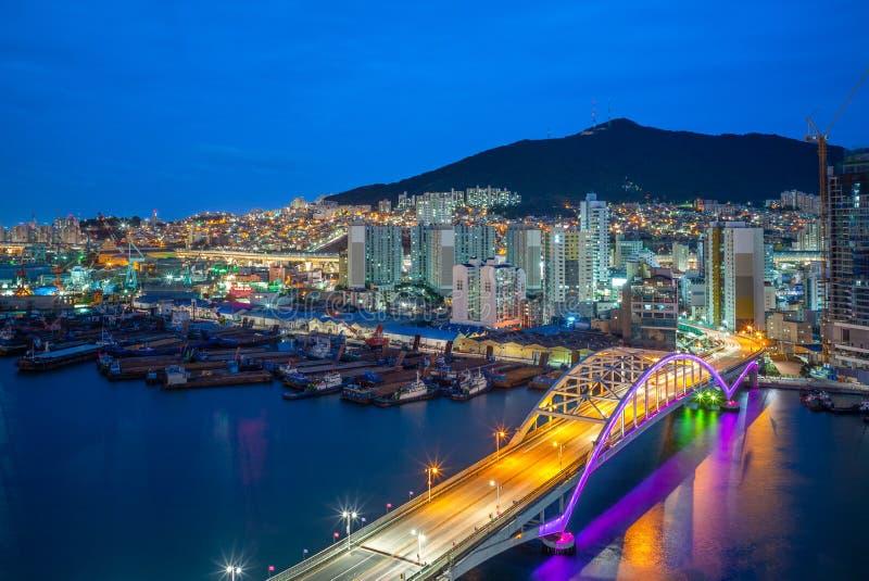 Opinión de la noche del puerto y del puente de Busán en Corea del Sur foto de archivo libre de regalías