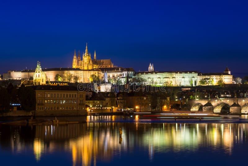 Opinión de la noche del río de Charles Bridge (Karluv más), del castillo de Praga y de Moldava en Praga imágenes de archivo libres de regalías
